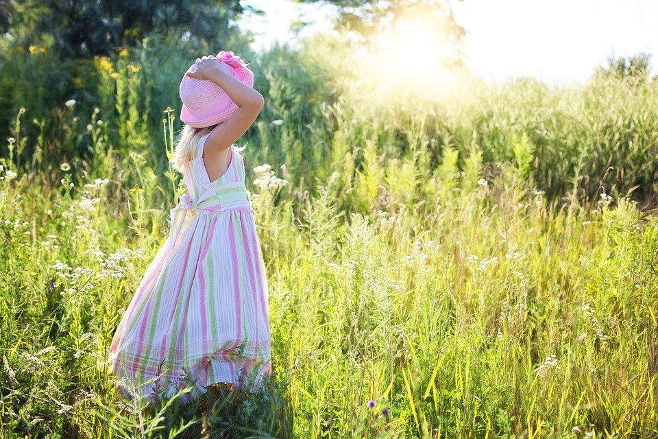 草原の中の女の子