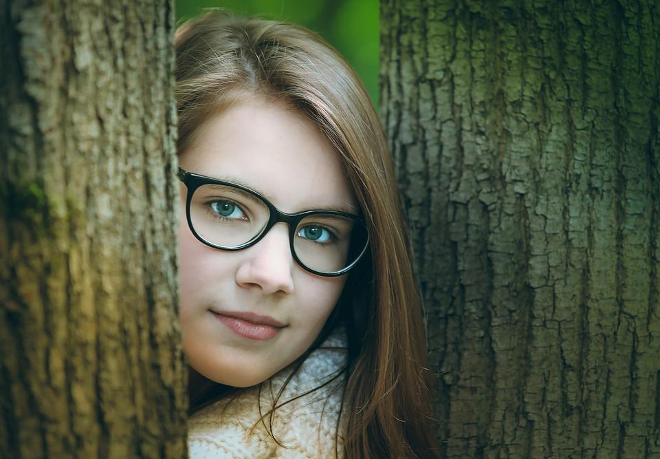 木と木の間の女性