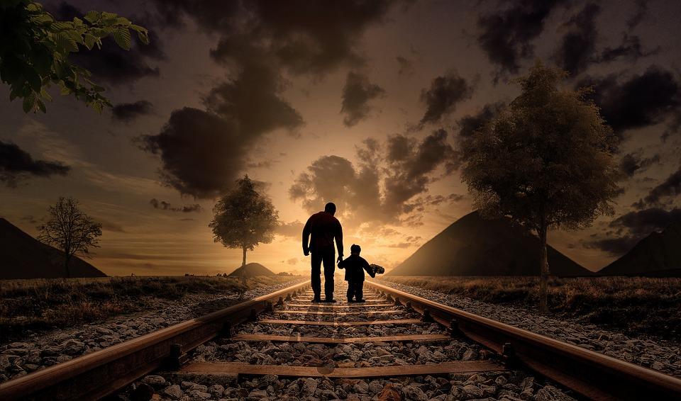 線路を歩く親子