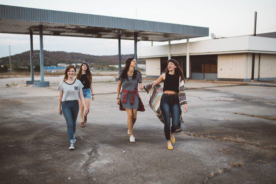 歩く4人の女性