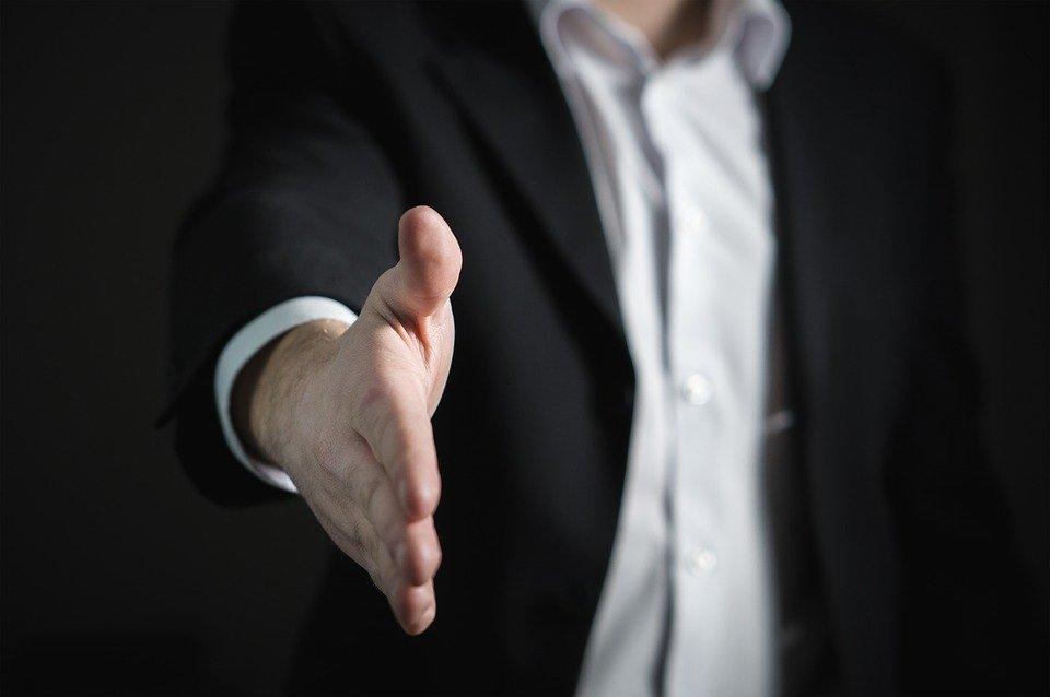 握手を求める人