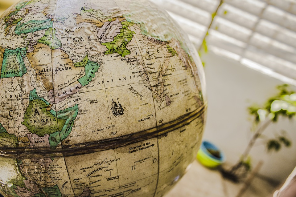 世界地図と地球儀